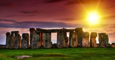 Watching-The-Stonehenge-During-Sunset-United-Kingdom-672x372